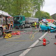 Plettenberg: PKW kollidiert frontal mit LKW: eine Person schwer verletzt