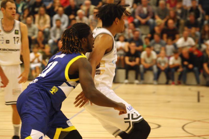 Basketball Testsoiel Iserlohn Kangaroos - Phoenix Hagen/ Gabriel De Oliveira  (rechts) und Hagens Marlin Edward Mason III - © by Sportstimme.de (MK)