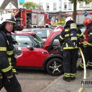Feuer im Motorraum eines PKW