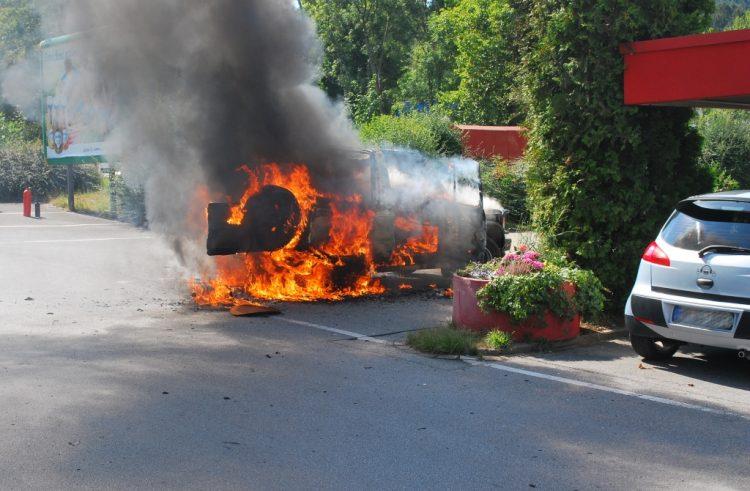 Geländewagen brannte in voller Ausdehnung