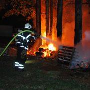 Feuer auf einem Gartengrundstück