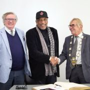 Ron Williams im Goldenen Buch der Stadt Iserlohn