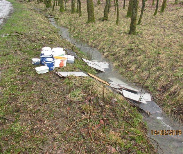 Müll im Bach: Polizei sucht Zeugen